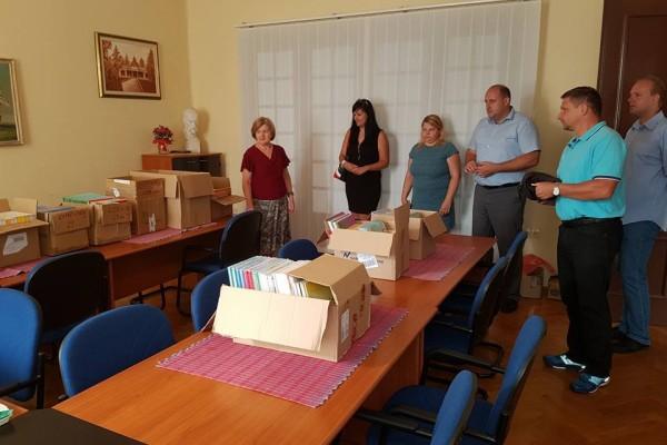 Dnes dopoledne jsme odevzdali knihy pro první třídy Českých základních škol