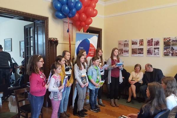 Udělení uznání za účast na olympiádě z českého jazyka
