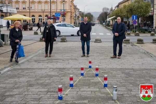 Povodom obilježavanja Dana sjećanja na žrtve Vukovara predstavnici Grada zapalili su svijeće na Trgu kralja Tomislava